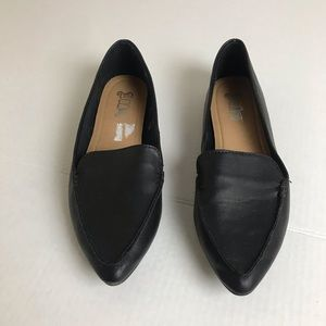 Brash flats with pointed toe.
